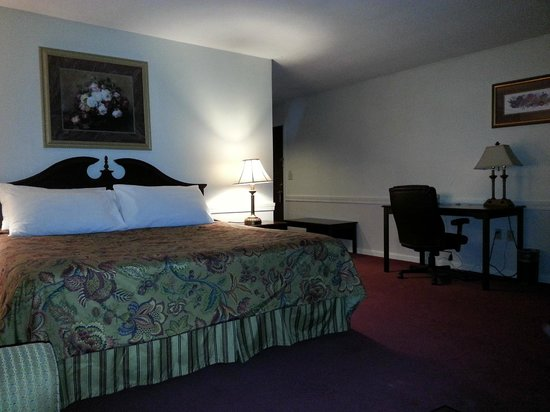 The Lucerne Inn: King sized bed