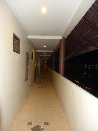 Kata Sea Breeze Resort : коридор