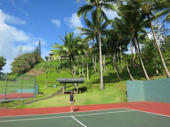 Hanalei Bay Resort : Tennis courts with a view of the elevation changes