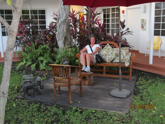 Tradewinds Apartment Hotel : in one of the many courtyards