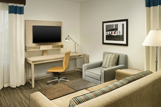 Four Points by Sheraton Jacksonville Beachfront: King Suite Accessible Living Room