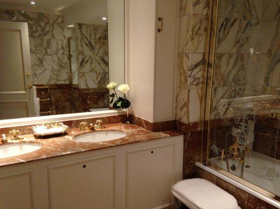 The Ritz London: Bathroom