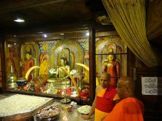 Zahntempel (Sri Dalada Maligawa): Inside the building where the tooth is kept