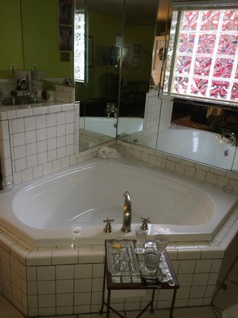 Applewood Manor Inn Bed & Breakfast : Heart shaped jacuzzi