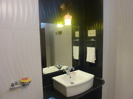 Mandore Guest House - a leafy resort.: nice clean bathroom