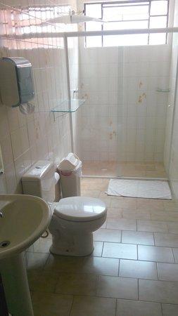 Curitiba Casa Hostel: Banheiro super espaçoso e sempre limpinho!
