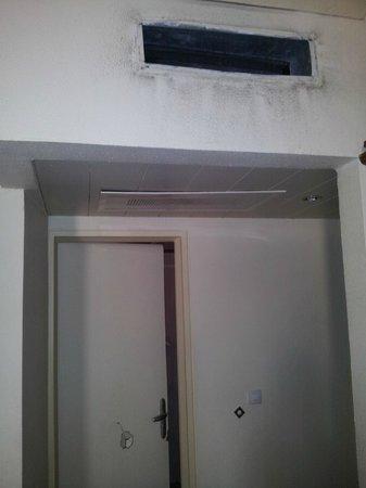 Eram Grand Hotel: Chambre avec porte cassée et sortie d'air
