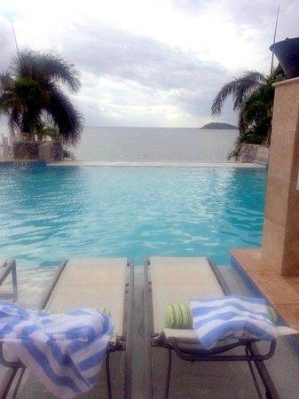 Frenchman's Reef & Morning Star Marriott Beach Resort : Loungers set in infinity pool
