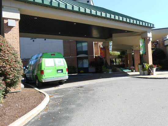Holiday Inn Saratoga Springs: Front of hotel.  Courtesy van.