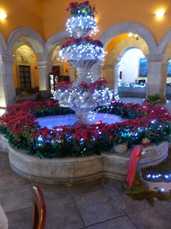 Hotel Morales Historical & Colonial Downtown Core: Lobby fountain decorated for christmas