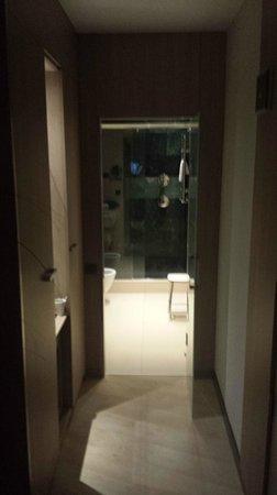 Hotel Catalonia Plaza Mayor: pasillo al baño