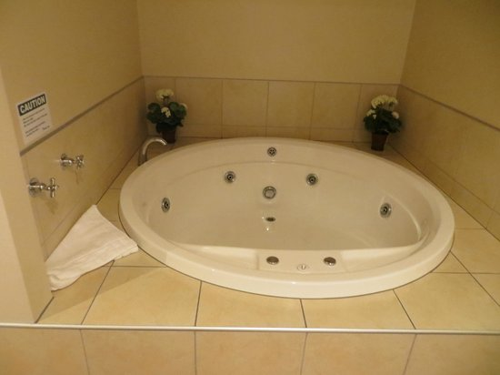 Emerald Spa Motor Inn: Spa tub in room