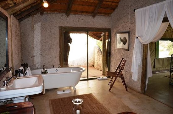 Tanda Tula Safari Camp: Bathroom Tub/Shower View