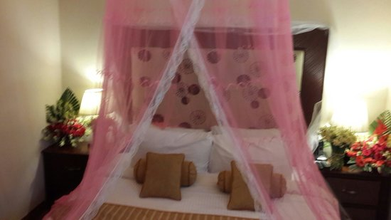 Savoey Hotel Lahore: Queen bed for s couple with a romantic touch