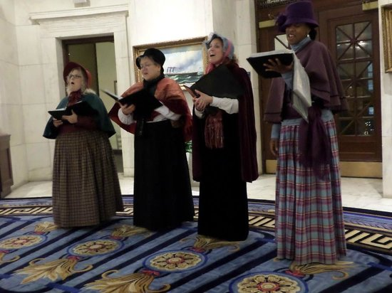 Marriott Vacation Club Pulse at Custom House, Boston: Carolers--one of the night entertainment