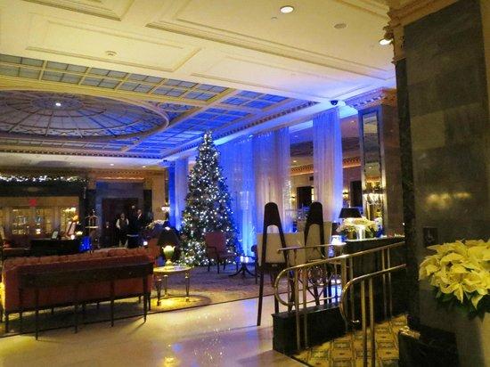 InterContinental New York Barclay : Hall con decoración de Navidad.