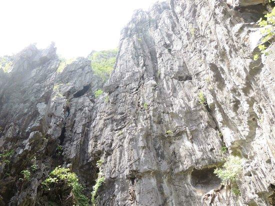 Secret Lagoon Beach: Imposing limestone cliffs.