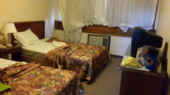 Premier Hill Suite Boutique : Teníamos que subir las cortinas para poder encender aire.