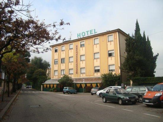 Novo Hotel Rossi: frente hotel