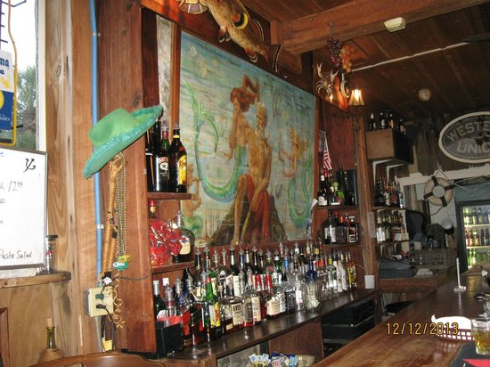 Island Hotel & Restaurant: Neptune Bar - small but friendly -- and historic!