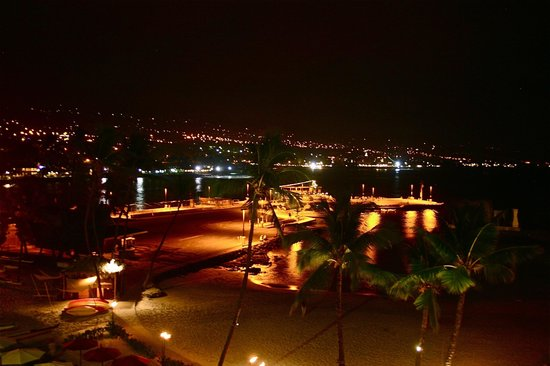 Courtyard by Marriott King Kamehameha's Kona Beach Hotel : Night view from the terrace