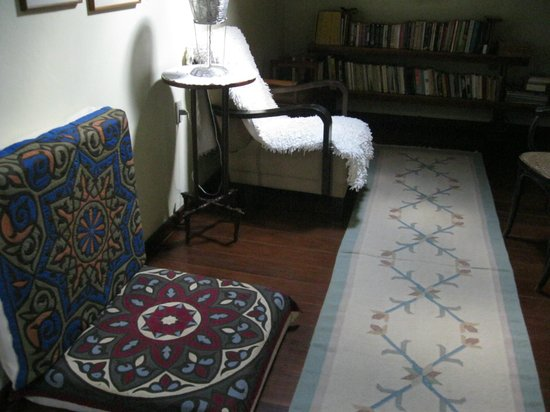Estalagem Alcino: Cantinho de leitura no piso superior