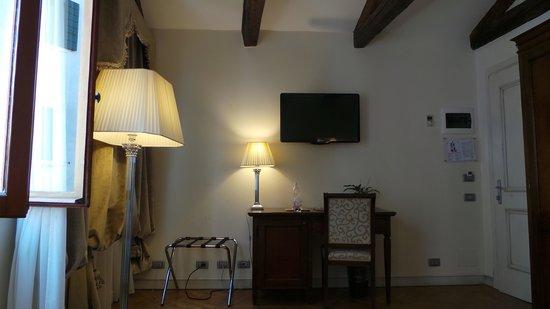 Hotel dell'Opera: bedroom