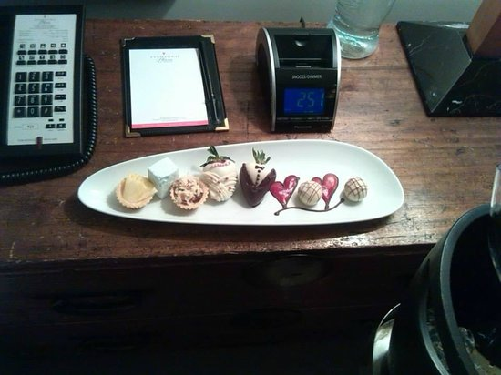 Stamford Plaza Auckland: welcome petis fours