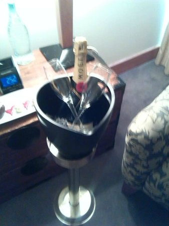 Stamford Plaza Auckland: Champagne on ice