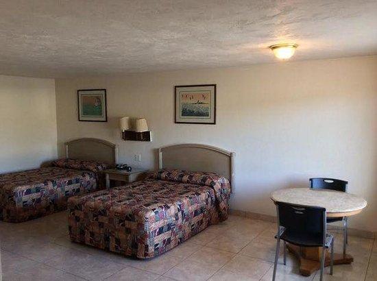 Economy Inn: 2 Double Beds Room Backside