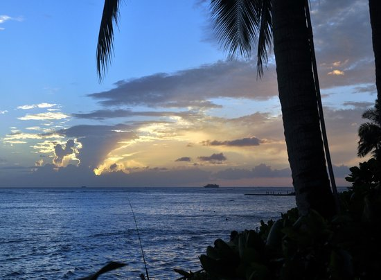 Sheraton Waikiki : Sunset from the hotel beach