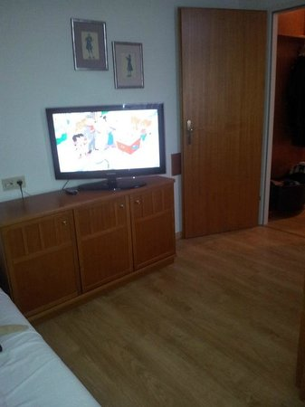Goldenes Theater Hotel: Impossible to watch TV from bed