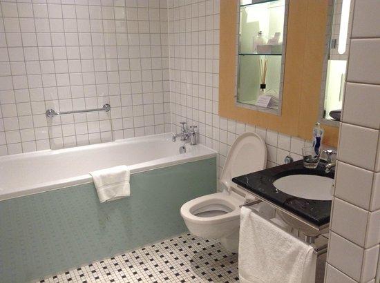 Andaz London Liverpool Street: Modern bathtub that will fill up quick