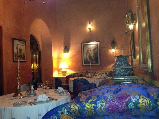 Dar El Ghalia: Quiet and clean dining area.