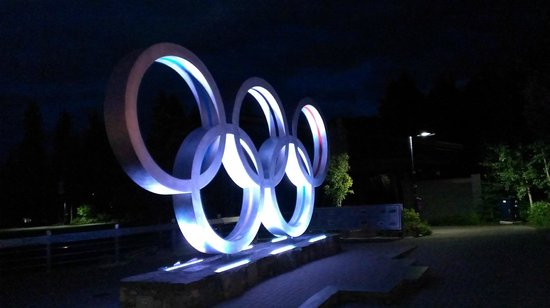 Summit Lodge Boutique Hotel: Olympic memorial in courtyard near hotel