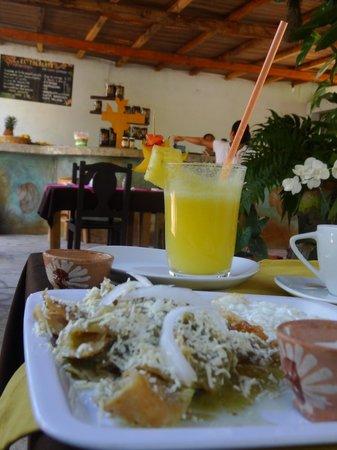 Villa Mozart y Macondo: desayuno chilaquiles y jugo