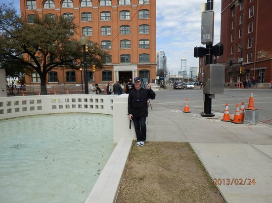 The Sixth Floor Museum at Dealey Plaza: outside the TSBD sixth floor museum