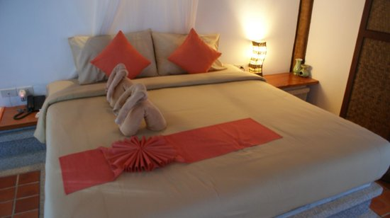 The Cliff Ao Nang Resort : Decorations on bed