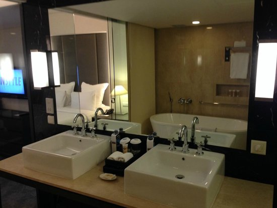 Pullman Jakarta Indonesia: Bathroom