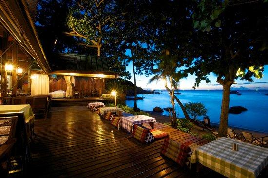 Koh Tao Royal Resort: Restaurant at night