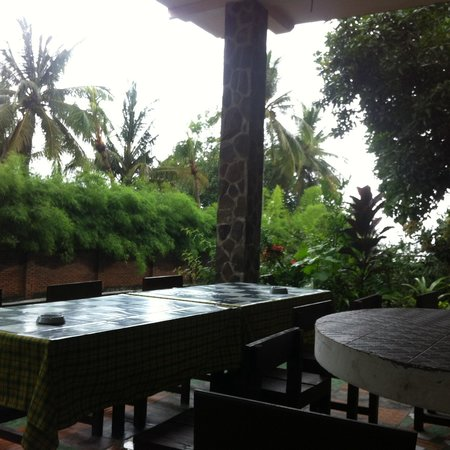 Pondok Shinta Homestay: The breakfast is simple and wonderful. A very eggy banana pancake and coffee.