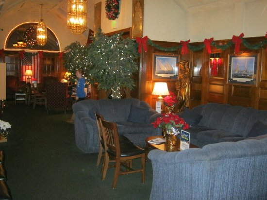Sunset Restaurant & Lounge: Foyer decorated for Christmas