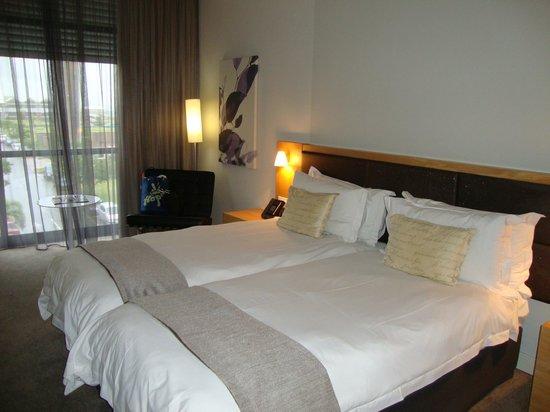 AHA Gateway Hotel: Номер, кровать