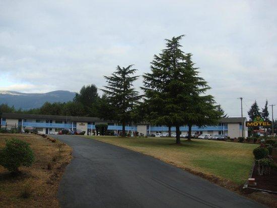 Fuller Lake Motel: Outside: Full View