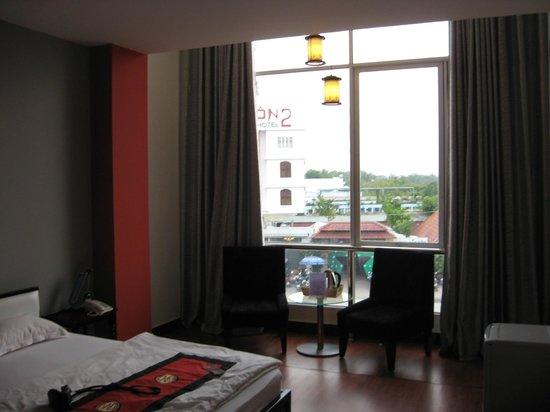 Nam Mon Hotel: Floor to ceiling window overlooking street