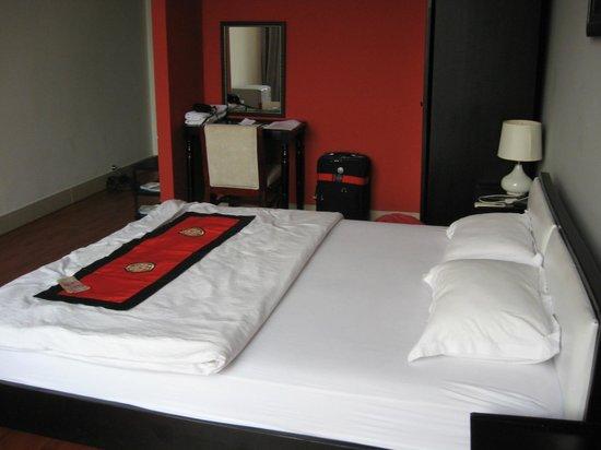 Nam Mon Hotel: Junior Suite (facing in from window)