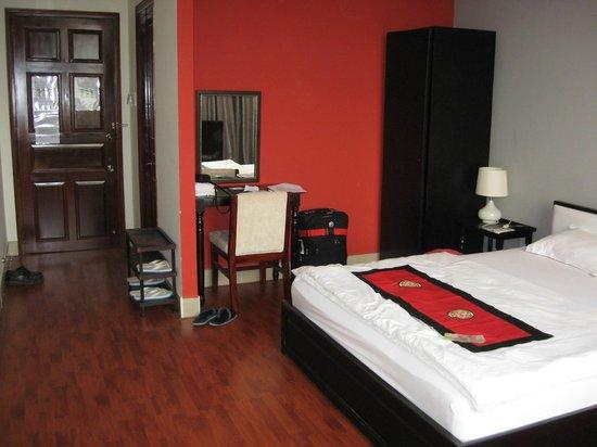 Nam Mon Hotel: desk in room