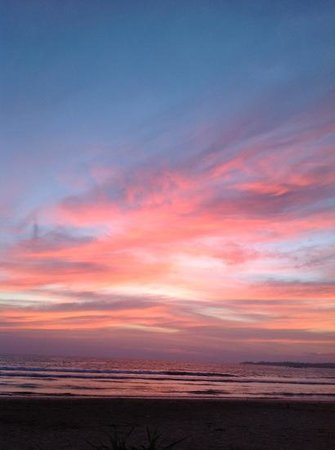 Aussie Swiss Beach Resort: sunset in front of the resort