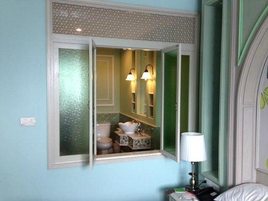 Salil Hotel Sukhumvit Soi 11: 部屋から窓を開けると・・・