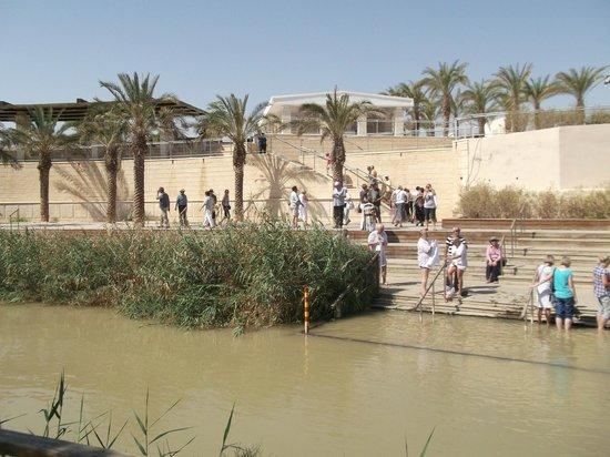 Jordan River Baptismal Site: Река и израильский берег